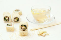 Tè del rotolo e dello zenzero di sushi Fotografia Stock