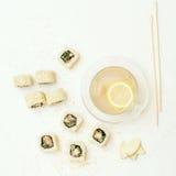 Tè del rotolo e dello zenzero di sushi del sesamo Immagini Stock