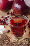 Tè del seme del melograno con zucchero in un vetro Immagini Stock