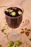 Tè del vino con il luppolo Fotografia Stock Libera da Diritti