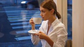 Tè della bevanda della donna di Elgant, tradizione britannica stock footage