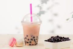 Tè della bolla di Boba della fragola con la caramella ed il ghiaccio tritato fotografia stock libera da diritti