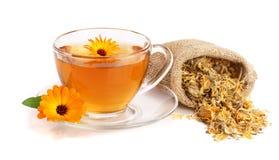 Tè della calendula con i fiori freschi e secchi isolati su fondo bianco Fotografie Stock