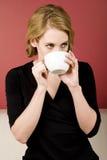 Tè della donna/caffè beventi, bevanda calda dalla tazza Fotografie Stock