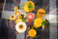 Tè della frutta con i cocktail alcolici fotografia stock libera da diritti
