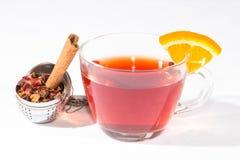 Tè della frutta con l'uovo del tè, la cannella e una fetta di arancia Fotografia Stock Libera da Diritti