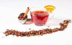 Tè della frutta con l'uovo del tè, la cannella e una fetta di arancia Fotografie Stock