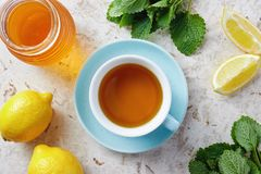 Tè della melissa con miele immagine stock
