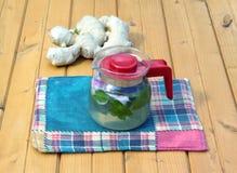Tè della stazione termale sulla tavola di legno con il primo piano del tessuto Fotografia Stock