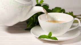 Tè della tazza con la menta stock footage
