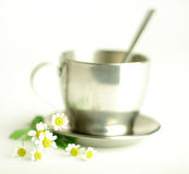 Tè di camomilla in tazza metallica Immagine Stock