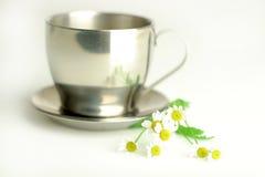 Tè di camomilla in tazza metallica Fotografia Stock
