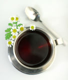 Tè di camomilla in tazza metallica Fotografia Stock Libera da Diritti