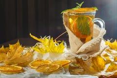 Tè di ghiaccio con la spruzzata del limone Tè giallo caldo con il limone e molto SL Fotografie Stock Libere da Diritti