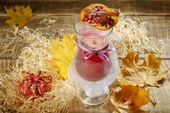 Tè di ghiaccio con la spruzzata del limone Tè giallo caldo con il limone e molto SL Fotografie Stock