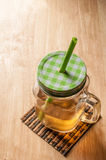 Tè di ghiaccio sulla tavola di legno Immagine Stock