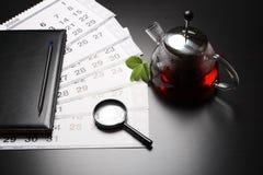 Tè di mattina con gli strati del calendario Fotografie Stock Libere da Diritti