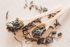 Tè di Oolong del primo piano in cucchiai di legno Fotografia Stock Libera da Diritti