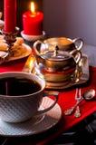 Tè di pomeriggio Bella regolazione della tavola con le candele Immagini Stock Libere da Diritti