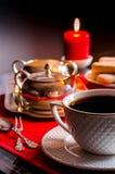 Tè di pomeriggio Bella regolazione della tavola con le candele Immagine Stock