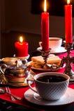 Tè di pomeriggio Bella regolazione della tavola con le candele Immagine Stock Libera da Diritti