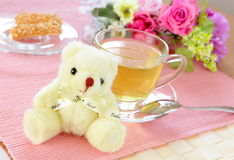 Tè di pomeriggio di felicità con l'orso immagine stock