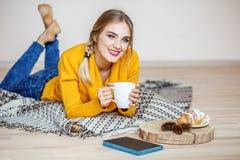 Tè di riposo e bevente della ragazza Il concetto dello stile di vita, a Immagini Stock