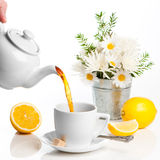 Tè di versamento del limone Immagini Stock Libere da Diritti