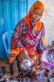 Tè di versamento della donna sudanese Fotografie Stock Libere da Diritti
