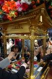 Tè di versamento su Buddha sotto il baldacchino Immagine Stock Libera da Diritti