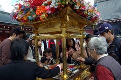 Tè di versamento su Buddha sotto il baldacchino Fotografia Stock Libera da Diritti