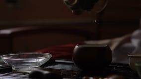 Tè di versamento in teiera a cerimonia di tè del cinese tradizionale Insieme di attrezzatura per tè bevente stock footage
