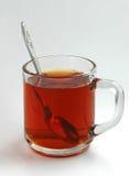 Tè di vetro della tazza con argento da un cucchiaio Fotografia Stock Libera da Diritti