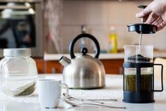 Tè di yerba di mattina Il tè saporito ha fatto nel cafetiere sulla cucina fotografie stock libere da diritti