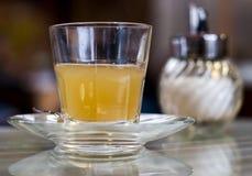 Tè dolce della frutta in un vetro Immagini Stock Libere da Diritti