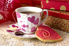 Tè e biscotto del giorno del biglietto di S. Valentino Immagine Stock Libera da Diritti