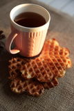 Tè e cialda al tramonto Immagini Stock Libere da Diritti