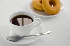 Tè e ciambella per tempo di rilassamento Fotografia Stock