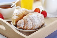 Tè e croissants immagini stock