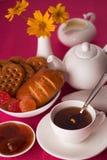 Tè e dolci sulla tavola Fotografia Stock Libera da Diritti
