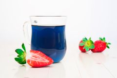 Tè e fragole tailandesi blu Fotografie Stock