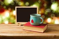 Tè e libri con la lavagna sopra il fondo di Natale Immagini Stock Libere da Diritti
