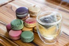 Tè e macarrons caldi fotografia stock libera da diritti