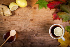 Tè e miele sulla tavola con le foglie di autunno Immagine Stock Libera da Diritti