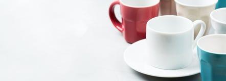Tè e tazze da caffè e tazze vuoti differenti per la prima colazione Fotografia Stock Libera da Diritti