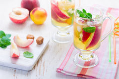 Tè ed ingredienti dolci della pesca della bevanda di estate fotografie stock