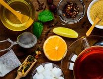 Tè ed ingredienti rossi su da tavolo Immagini Stock