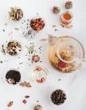 Tè floreale asiatico tradizionale in una teiera di vetro fotografia stock