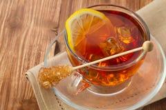 Tè freddo con il cubetto di ghiaccio, il limone e lo zucchero Fotografie Stock Libere da Diritti