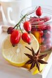 Tè fresco della frutta del cinorrodo con il limone Fotografia Stock